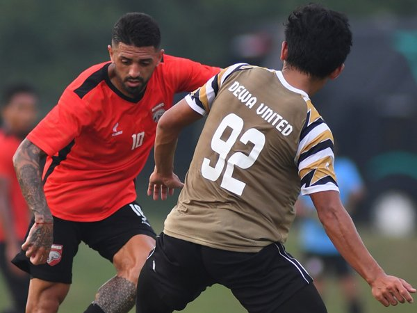 Laga uji coba Borneo FC kontra Dewa United