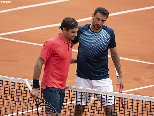 Roger Federer [kiri] lolos ke babak ketiga French Open 2021