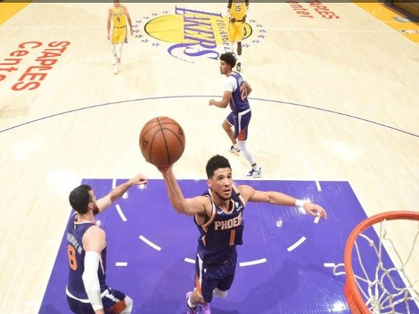 Point guard Phoenix Suns, Devin Booker saat melawan Los Angeles Lakers. (Images: Getty)