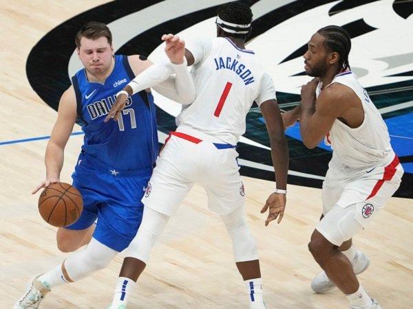 Pemain Los Angeles Clippers berusaha untuk menjaga Luka Doncic.