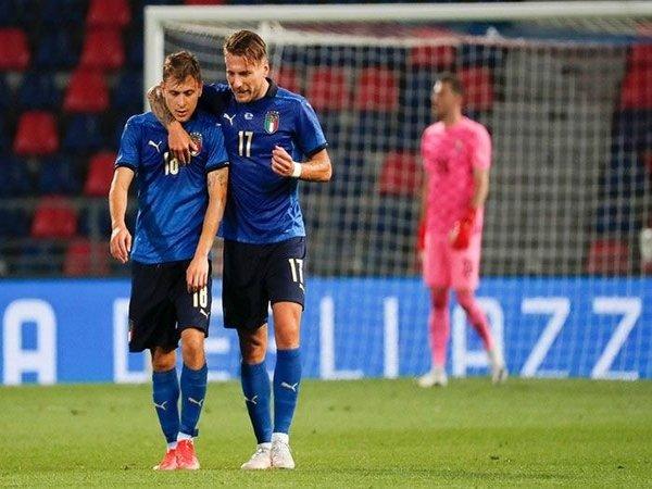 Nicolo Barella dirangkul oleh Ciro Immobile saat Italia menang besar 4-0 atas Rep. Ceko di partai pemanasan jelang Euro 2020 (5/6) / via EPA