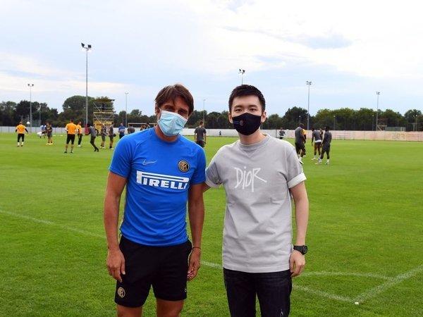 Presiden Inter Milan yaitu Steven Zhang, berfoto bersama Antonio Conte di satu sesi latihan tim pada musim lalu / via FC Inter