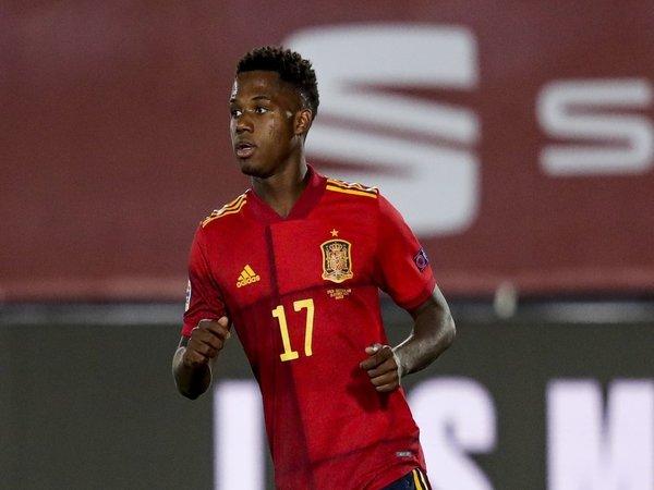 Barcelona belum memprioritaskan perpanjangan kontrak Ansu Fati untuk saat ini / via Getty Images