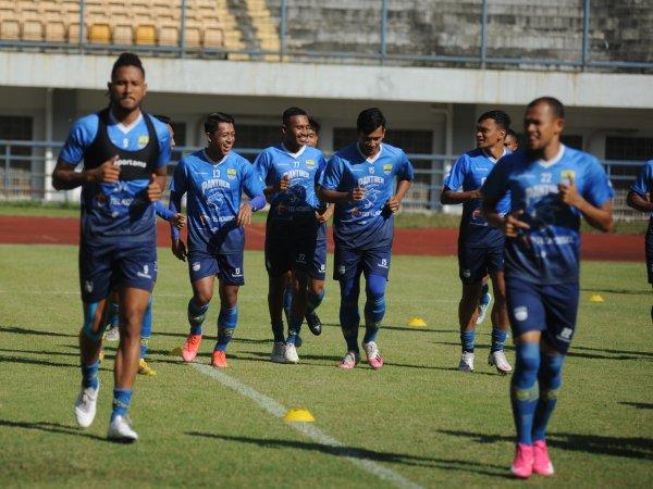 Pemain Persib berlatih di Stadion Gelora Bandung Lautan Api