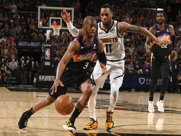 Point guard andalan Phoenix Suns, Chris Paul saat melawan Denver Nuggets. (Images: Getty)