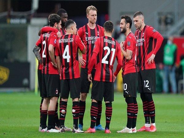 AC Milan disebut harus menjual sejumlah pilarnya untuk bisa bergerak aktif di bursa transfer musim panas tahun ini / via Getty Images
