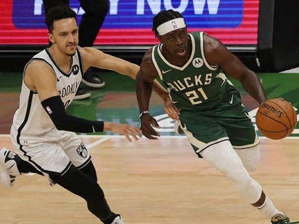 Point guard Milwaukee Bucks, Jrue Holiday saat melawan Brooklyn Nets.