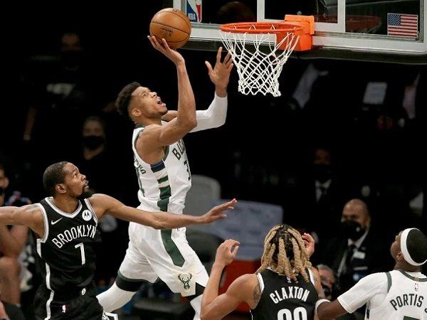 Bintang andalan Milwaukee Bucks, Giannis Antetokounmpo saat melawan Brooklyn Nets.