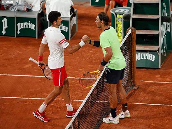Novak Djokovic [kiri] semakin dekat dengan gelar French Open kedua dalam kariernya