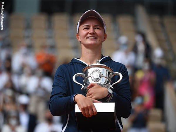Barbora Krejcikova naik podium juara di French Open 2021