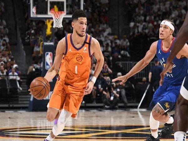 Shooting guard Phoenix Suns, Devin Booker saat melawan Denver Nuggets. (Images: Getty)