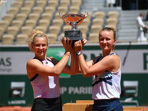 Barbora Krejcikova [kanan] menangkan gelar French Open nomor tunggal dan ganda di musim yang sama