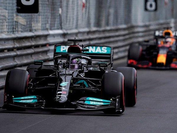 Lewis Hamilton keluhkan penambahan bobot pada mobil F1.