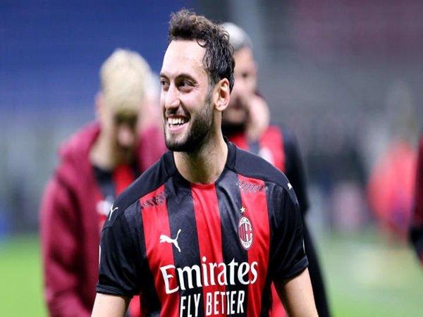 Atletico Madrid ajukan tawaran untuk Calhanoglu