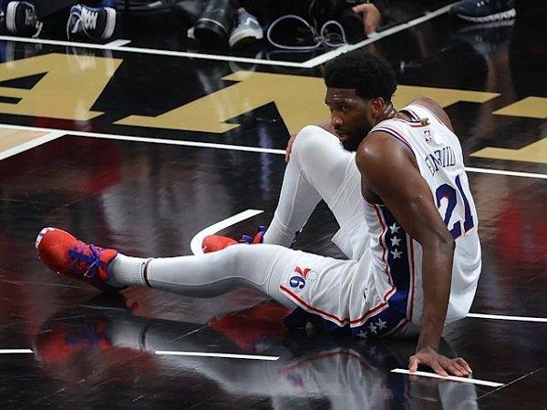 Joel Embiid keluhkan rasa sakit pada lututnya yang buat ia tidak optimal di game 4.