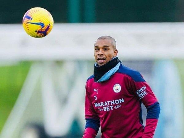 Fernandinho dilaporkan setuju untuk bertahan semusim lagi bersama Manchester City / via Getty Images