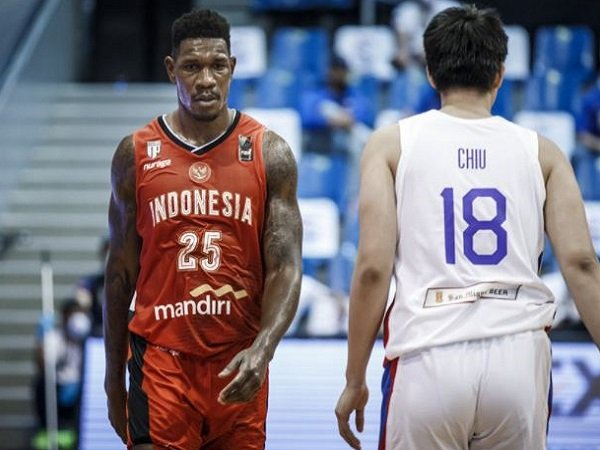 Center Timnas Basket Indonesia, Lester Prosper saat lawan Filipina.