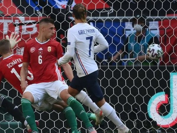 Penyerang Timnas Prancis, Antoine Griezmann ketika menjebol gawang Hungaria.