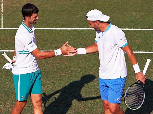 Novak Djokovic [kiri] dan Carlos Gomez Herrera [kanan] lolos ke perempatfinal di Mallorca musim 2021
