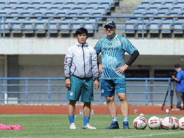 Pelatih Persib, Robert Rene Alberts dan pelatih fisik, Yaya Sunarya ketika memantau pemain berlatih