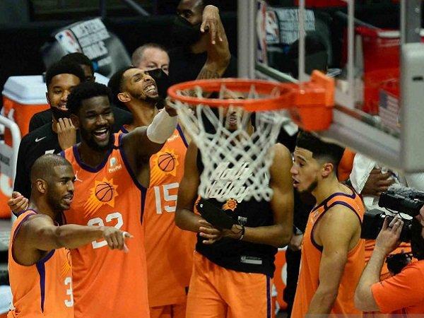 Chris Paul dkk merayakan keberhasilan mengalahkan Los Angeles Clippers di Game 6.