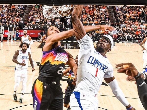 Reggie Jackson (kanan) saat melawan Phoenix Suns.