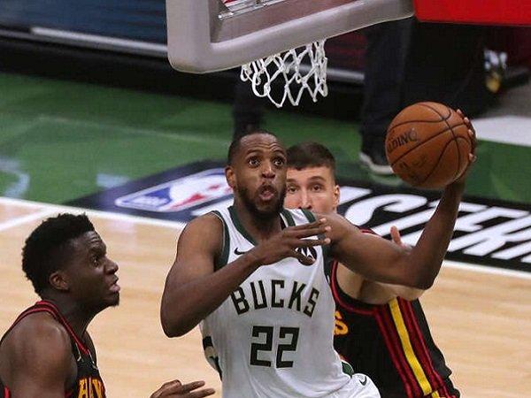 Pemain andalan Milwaukee Bucks, Khris Middleton saat melawan Atlanta Hawks.