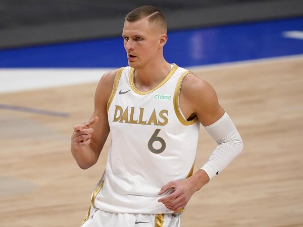 Charlotte Hornets siap bujuk Dallas Mavericks untuk lepas Kristaps Porzingis.