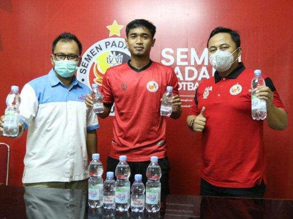 Proses penandatanganan kerja sama antara Le Minerale dan Semen Padang FC