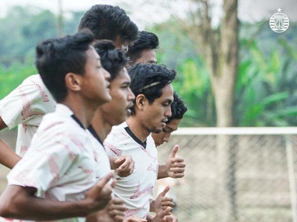 Pemain muda Persija Jakarta, Rangga Widiansyah berlatih dengan tim utama