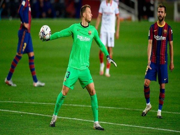 Arsenal dilaporkan kembali menyalakan minatnya untuk merekrut penjaga gawang cadangan Barcelona yaitu Neto / via Getty Images