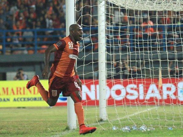 Boaz Salossa saat memperkuat Borneo FC pada Piala Presiden