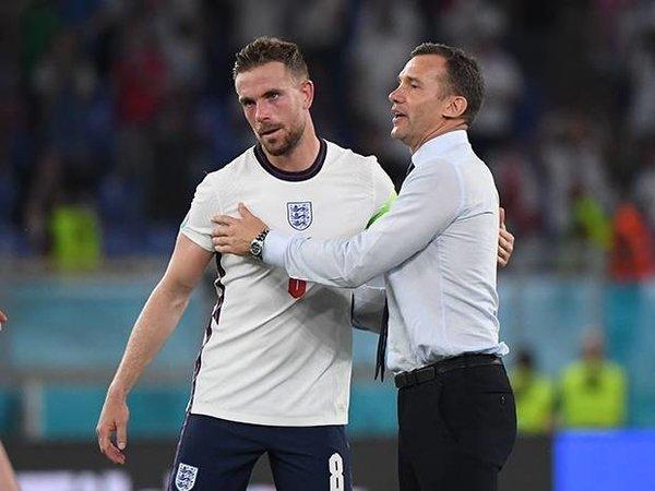 Andriy Shevchenko memeluk Jordan Henderson saat Ukraina takluk 0-4 dari Inggris di perempat final Euro 2020 (4/7) / via Getty Images