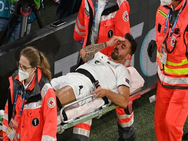 Meski baru saja menjalani operasi pemulihan cedera, Leonardo Spinazzola mengaku akan hadir langsung di Stadion Wembley kala Italia bertemu Inggris di babak final Euro 2020 / via Getty images