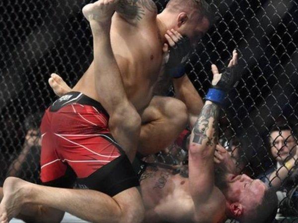 Dustin Poirier ketika melawan Conor McGregor. (Images: Getty Images)