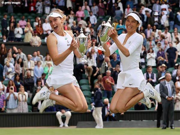Hsieh Su Wei dan Elise Mertens naik podium juara Wimbledon 2021