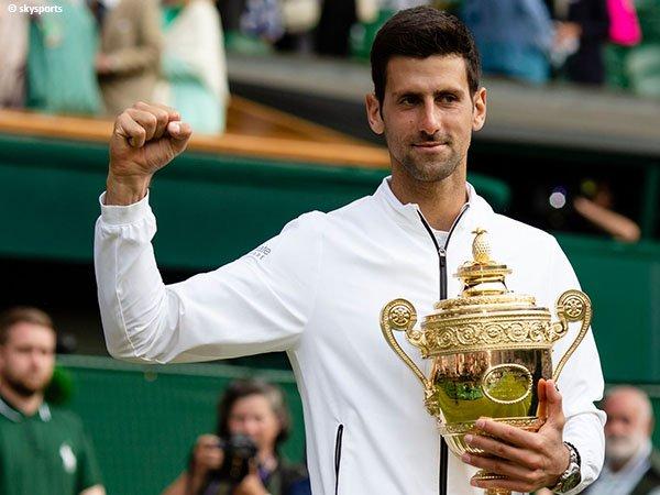 Novak Djokovic naik podium juara Wimbledon untuk kali keenam