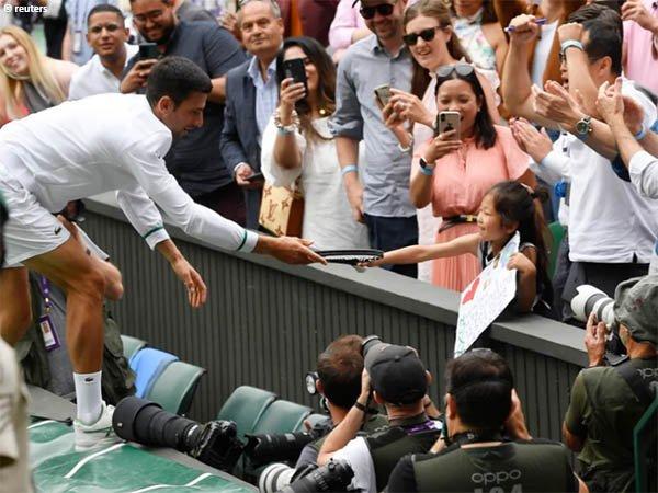 Novak Djokovic tak segan berikan raketnya kepada penggemar ini di Wimbledon 2021