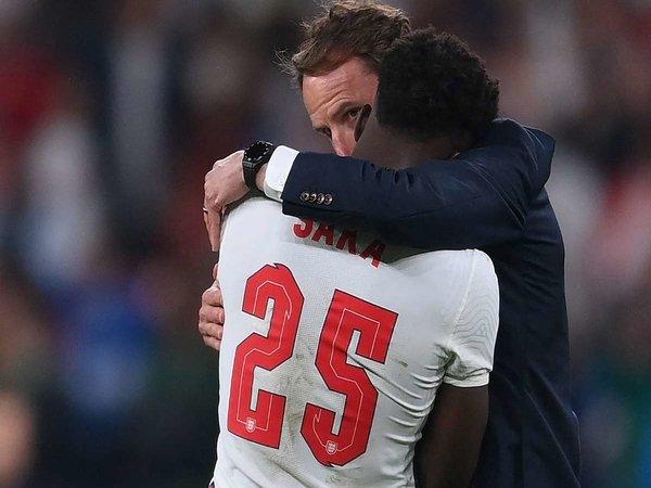 Gareth Southgate mengaku bertanggung jawab penuh atas keputusannya memilih Bukayo Saka sebagai eksekutor penalti Inggris di final Euro 2020 / via Getty Images