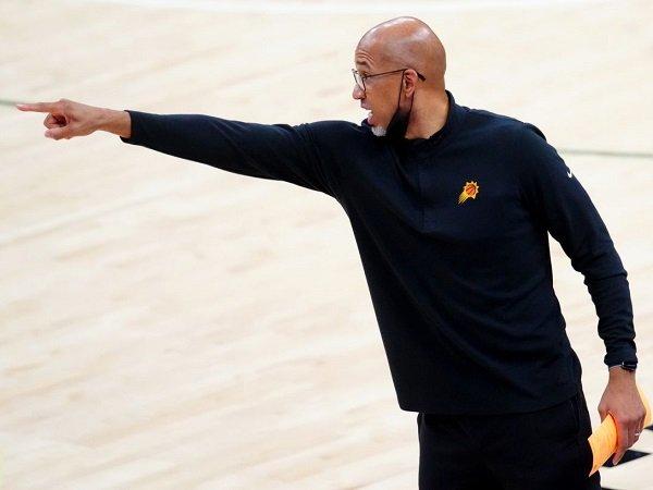 Monty Williams semprot kinerja wasit saat Suns dikalahkan Bucks pada game 3.
