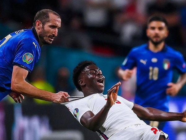 Fans Inggris anggap Giorgio Chiellini pantas dikartu merah karena pelanggaran terhadap Bukayo Saka.