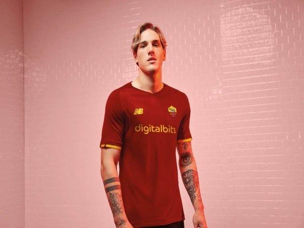Nicolo Zaniolo berpose dengan seragam anyar AS Roma untuk musim 2021/22 / via AS Roma Official