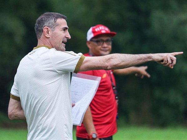 Angelo Alessio saat memimpin latihan Persija Jakarta