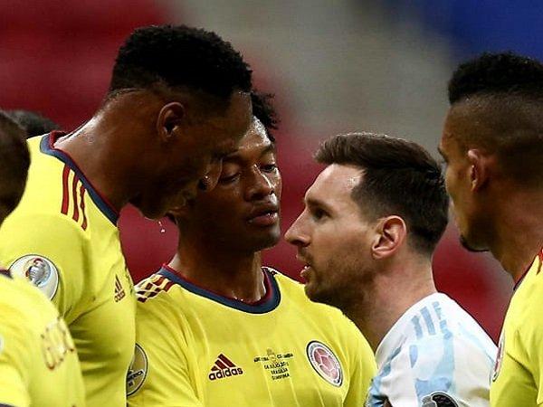 Bek Timnas Kolombia, Yerry Mina ketika melawan Lionel Messi. (Images: Getty)