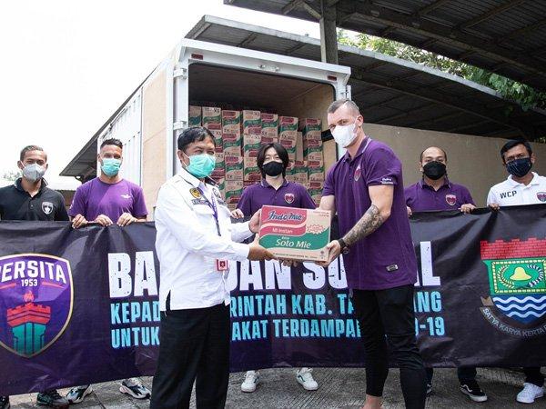 Penyerahan bantuan sosial dari Persita Tangerang untuk warga terdampak Covid-19