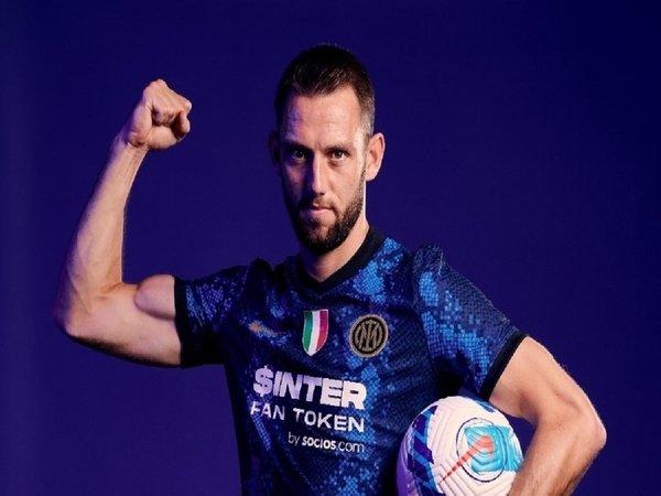 Palang pintu Inter Milan yakni Stefan De Vrij, mengaku sangat bahagia bisa bereuni dengan bekas bosnya di Lazio dulu yaitu Simone Inzaghi / via FC Inter