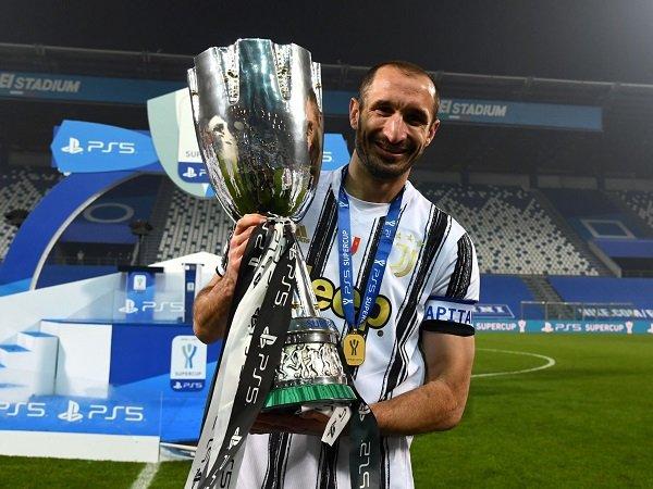Giorgio Chiellini pastikan bertahan di Juventus.
