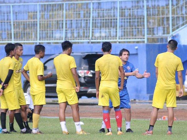 Pelatih Arema FC, Eduardo Almeida memimpin latihan timnya
