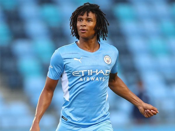 Bek tengah Manchester City, Nathan Ake.