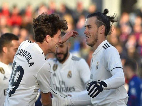 Alvaro Odriozola (kiri), dilaporkan masuk sebagai satu dari dua pemain Real Madrid yang diinginkan AC Milan musim panas ini / via EPA